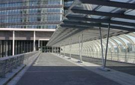 横浜駅側から日産本社ビルを望む