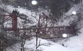 谷底に落下した八敷代橋