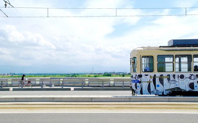 富山大橋と路面電車