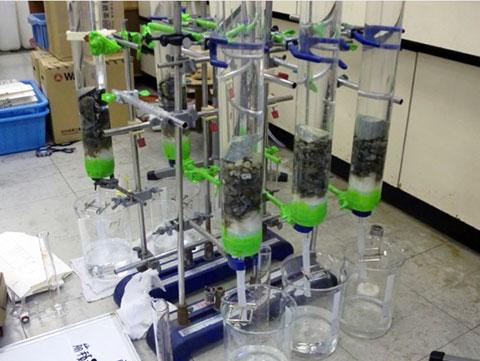 実験室にて砒素の溶出量を分析