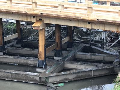 ステンレス製水中梁の上に木橋を復元