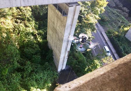 特許出願中の飛行安全装置を適用した 県道付近での高橋脚に対する試行状況